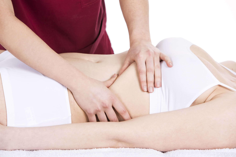 Osteopath massiert einen Bauch